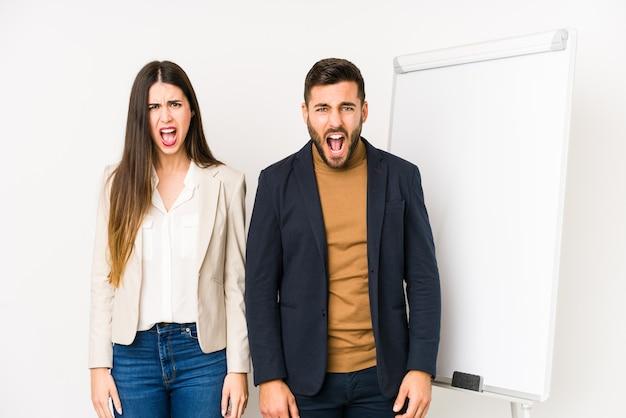 若い白人のビジネスカップルは、非常に怒って攻撃的な叫び声を孤立させました。