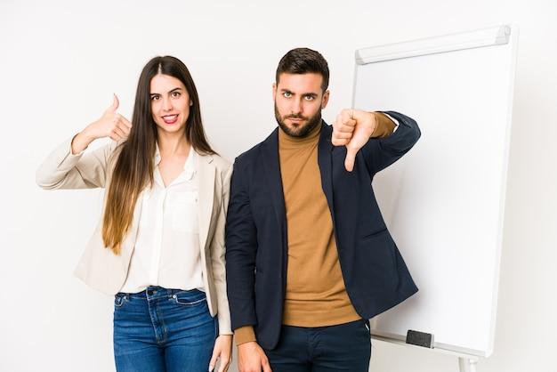 若い白人ビジネスカップル分離親指を示す親指と親指を下に、難しい選択の概念