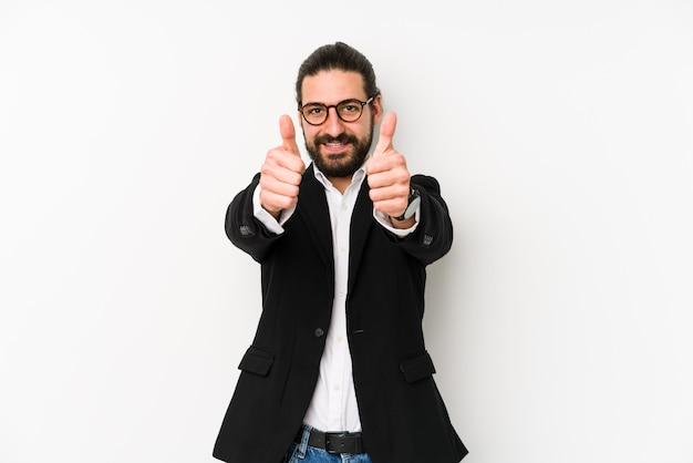Молодой кавказский деловой человек изолирован на белом с большими пальцами руки вверх, приветствует что-то, поддерживает и уважает концепцию.