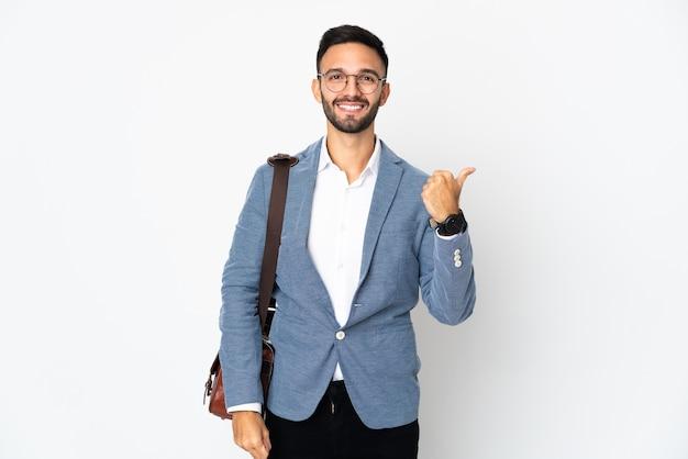 제품을 제시하기 위해 측면을 가리키는 격리 된 젊은 백인 비즈니스 남자