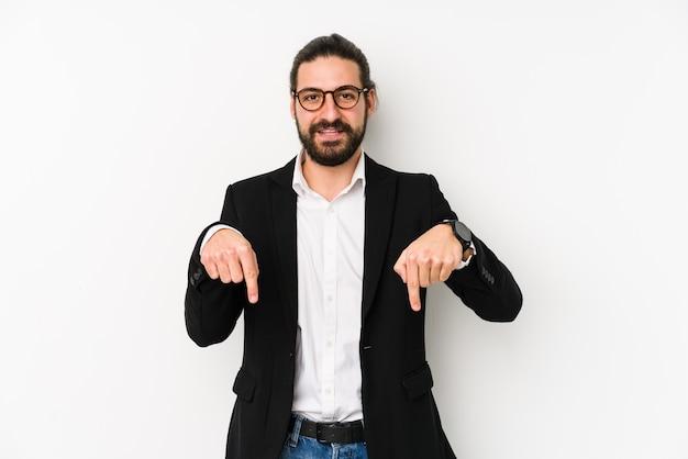 Молодой кавказский деловой человек указывает пальцами вниз, положительное чувство.
