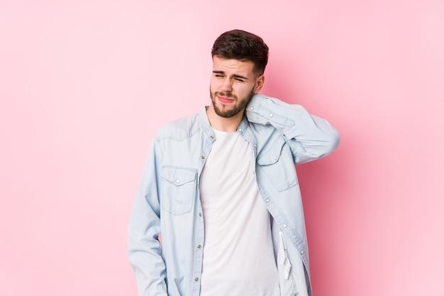 Молодой кавказский деловой человек, позирующий на белом фоне, изолировал от боли в шее из-за малоподвижного образа жизни. <mixto>