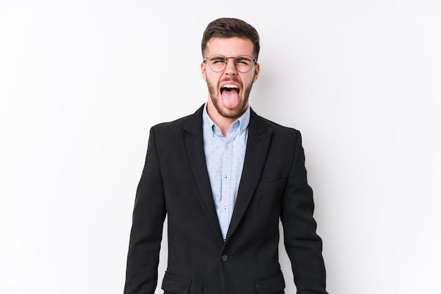 Молодой кавказский деловой человек, позирует на белом изолированные молодой кавказский деловой человек смешной и дружелюбный, торчащий язык.