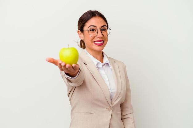 孤立したリンゴを食べる若い白人ビジネス女性