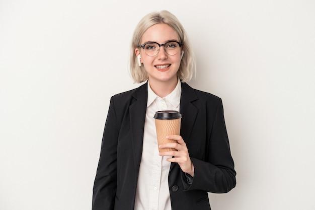 保持している若い白人ビジネス女性は、幸せ、笑顔、陽気な白い背景で隔離のコーヒーをテイクアウトします。