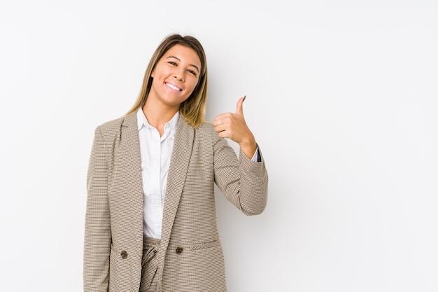 Молодая кавказская деловая женщина изолирована, улыбаясь и поднимая палец вверх