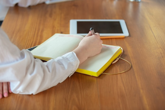 若い白人ビジネス-オフィスで働く女性は、スタイリッシュに見えます。事務処理、分析、乾燥を探します。