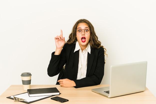 Молодая кавказская бизнес-леди, работающая на своем рабочем столе, изолировала идею, концепцию вдохновения.