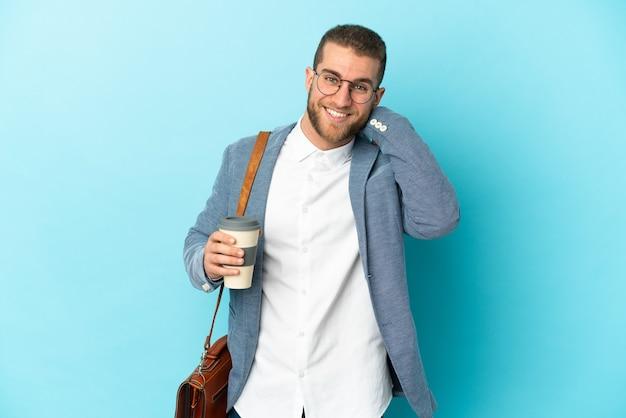 笑って青い背景に分離された若い白人実業家