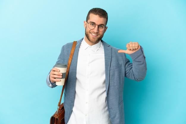 誇りと自己満足の青い背景に分離された若い白人実業家