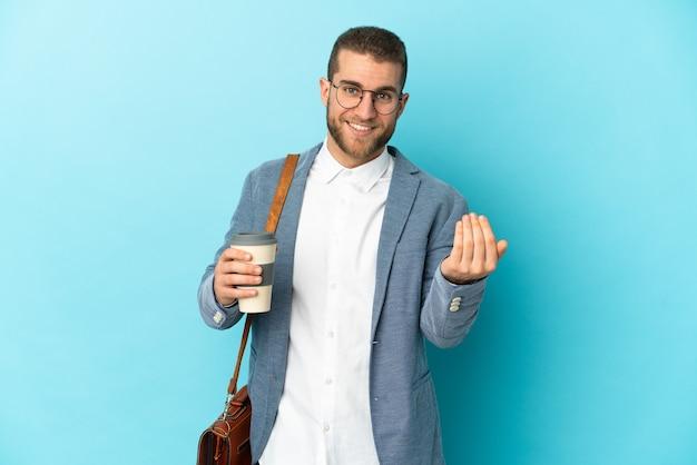 手で来るように誘う青で孤立した若い白人実業家。あなたが来て幸せ