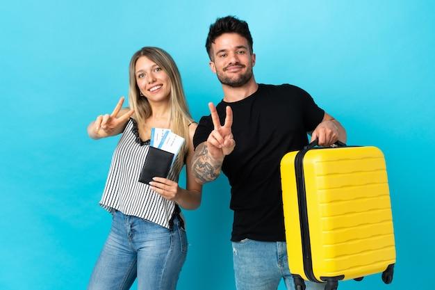 Молодая кавказская пара собирается путешествовать