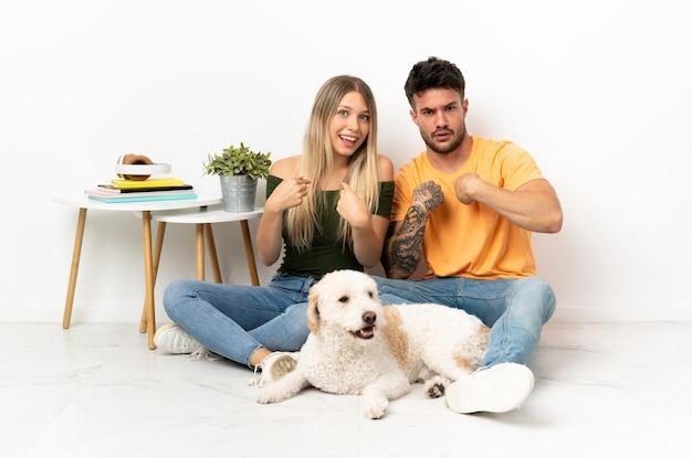 犬と若い白人カップル