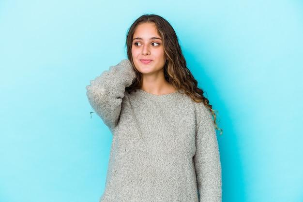 Молодая кавказская женщина с вьющимися волосами изолировала трогательный затылок, думая и делая выбор.