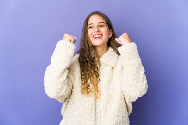 승리, 열정과 열정, 행복 식을 축하하는 젊은 백인 귀여운 여자.
