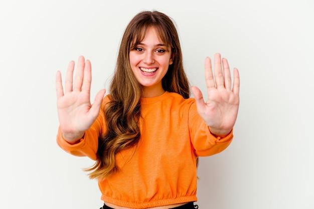 손으로 번호 10을 보여주는 흰색 배경에 고립 된 젊은 백인 귀여운 여자.