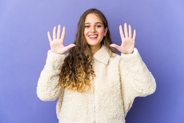 손으로 번호 10을 보여주는 젊은 백인 귀여운 여자.