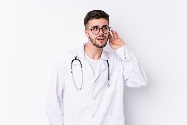 Молодой кавказский человек-врач изолирован, пытаясь слушать сплетню.