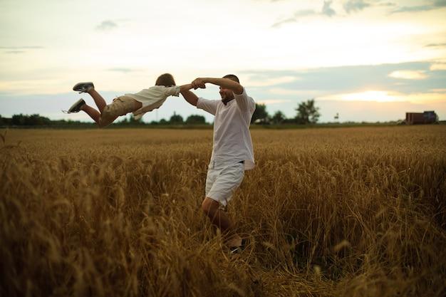 La giovane famiglia caucasica con un bambino trascorre molto tempo insieme e si diverte