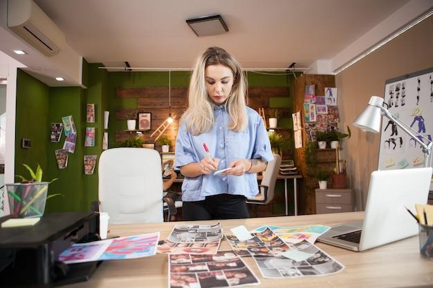 Молодой кавказский модельер работает над своим дизайном в творческом офисе.