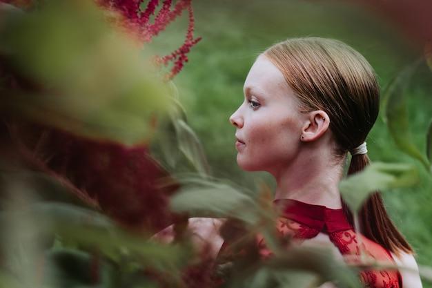 부르고뉴 의상 포즈 젊은 백인 여성 발레 댄서