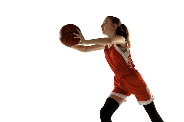 행동에 젊은 백인 여성 농구 선수, 흰색 배경에 고립 된 실행 모션. redhair 낚시를 좋아하는 소녀. 스포츠, 운동, 에너지 및 역동적이고 건강한 라이프 스타일의 개념. 훈련.