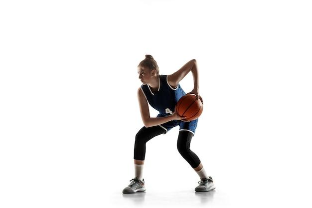 행동에 팀의 젊은 백인 여성 농구 선수, 흰색 배경에 고립 된 실행 모션.