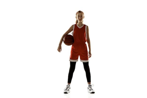 젊은 백인 여성 농구 선수는 흰색 배경에 고립 자신감 포즈. redhair 낚시를 좋아하는 소녀. 스포츠, 운동, 에너지 및 역동적이고 건강한 라이프 스타일의 개념. 훈련, 연습.