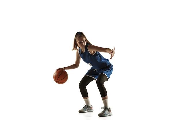 Giovane giocatore di pallacanestro femminile caucasico della squadra in azione, movimento in esecuzione isolato su priorità bassa bianca.