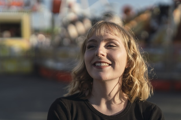 Giovane donna caucasica che trascorre del tempo al parco divertimenti