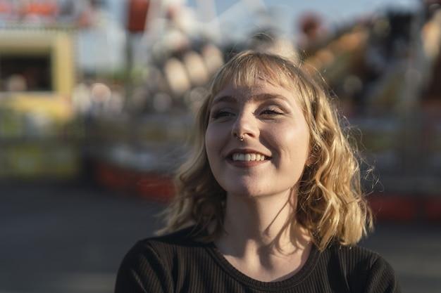 遊園地で時間を過ごす若い白人女性