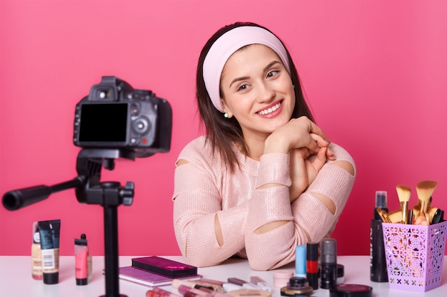 Молодая кавказская влогерка, общается онлайн со своими подписчиками, снимает видео для блога красоты
