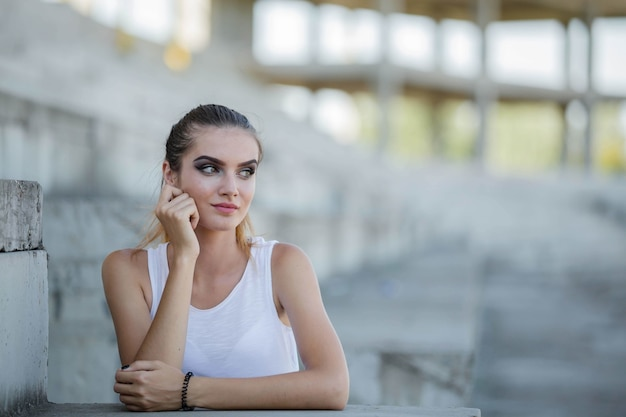 Молодая кавказская женщина в рубашке без рукавов позирует в парке в боснии и герцеговине