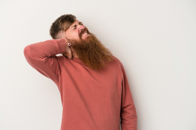 ストレス、マッサージ、手でそれに触れることによる首の痛みを持っている白い背景で隔離の長いひげを持つ若い白人生姜男。