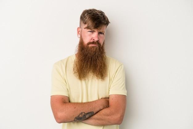 疑わしい、不確かな、あなたを調べて、白い背景で隔離の長いひげを持つ若い白人生姜男。