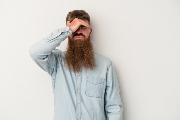 寺院に触れて頭痛を持っている白い背景で隔離の長いひげを持つ若い白人生姜男。
