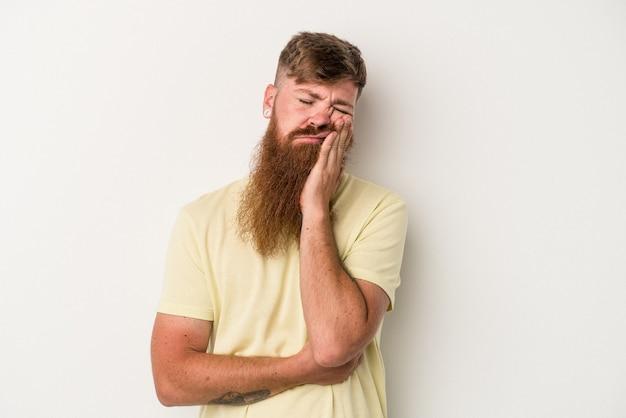 退屈で、疲れていて、リラックスした日が必要な白い背景で隔離の長いひげを持つ若い白人生姜男。