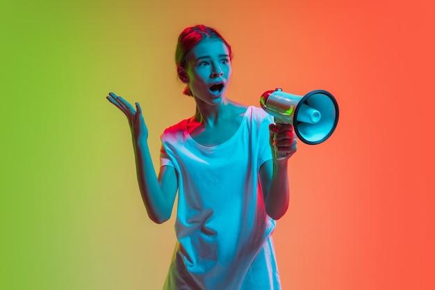 ネオンの光のグラデーショングリーンオレンジの若い白人の女の子の肖像画