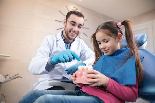 歯科医院を訪問している若い白人の女の子