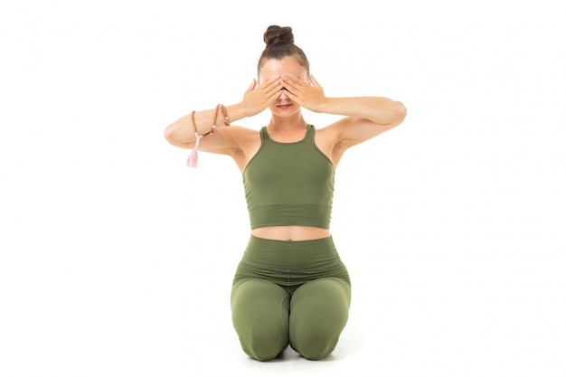 ヨガをし、瞑想、目を閉じて床に座って運動体を持つ若い白人体操選手
