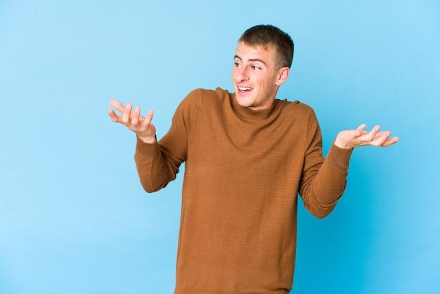 Молодой кавказский красавец, радостный смех много. концепция счастья.