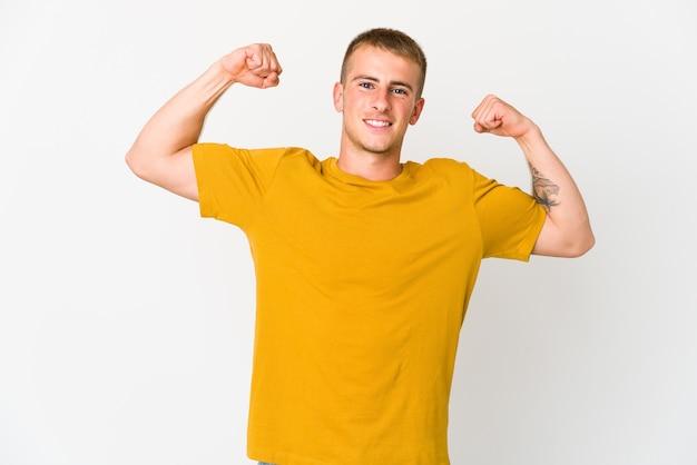 팔, 여성 힘의 상징으로 힘 제스처를 보여주는 젊은 백인 잘 생긴 남자