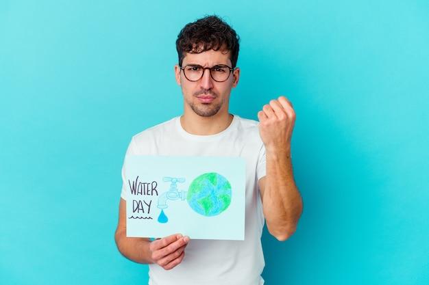 세계 물의 날을 축하하는 젊은 백인 남자는 카메라, 공격적인 표정에 주먹을 보여주는 고립.