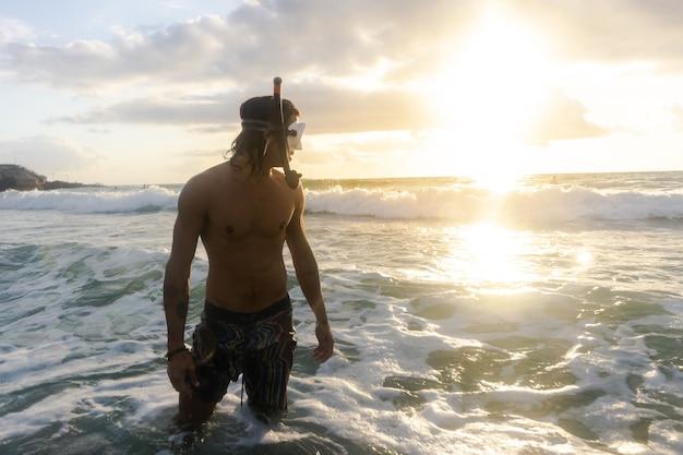 Молодой кавказец ныряет в море в поисках морских животных