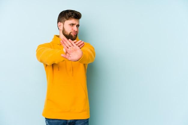 Молодой кавказский человек делает жест отрицания