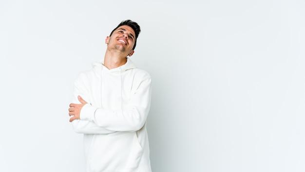 目標と目的を達成することを夢見て若い白人男性