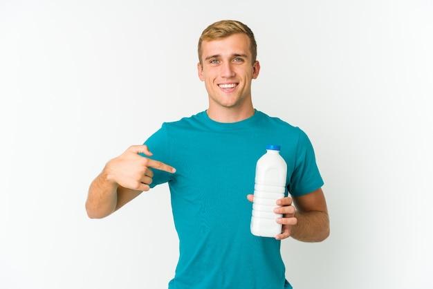 指の爪を噛んで、神経質で非常に心配している白い背景で隔離の牛乳を飲む若い白人男性。