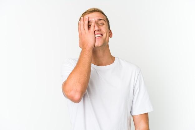 孤立した感情を表現する若い白人男性