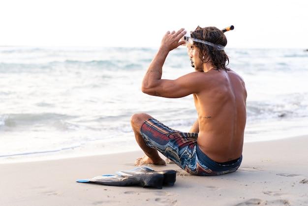 海に飛び込む準備をしている若い白人男性