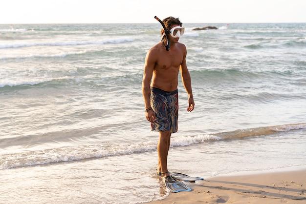 바다에 다이빙을 준비하는 젊은 백인 남자
